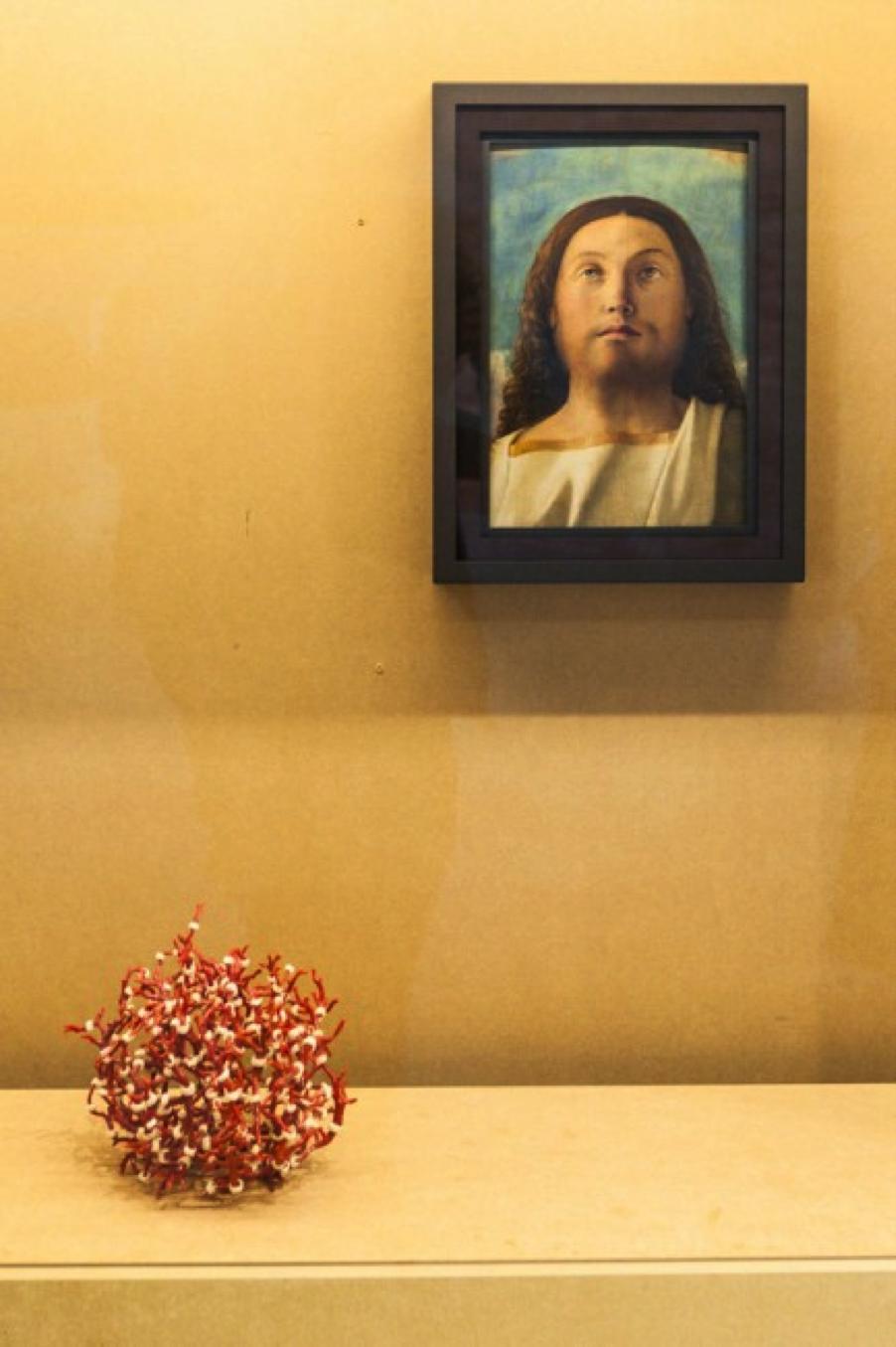 """""""Testa del Redentore"""" de Giovanni Bellini y """"Corail Costa Brava"""" de Hubert Duprat. Vista de la exposición """"Slip of the tongue"""", curada por Danh Vo y Caroline Bourgeois a Punta de la Dogana, Venecia en 2015"""