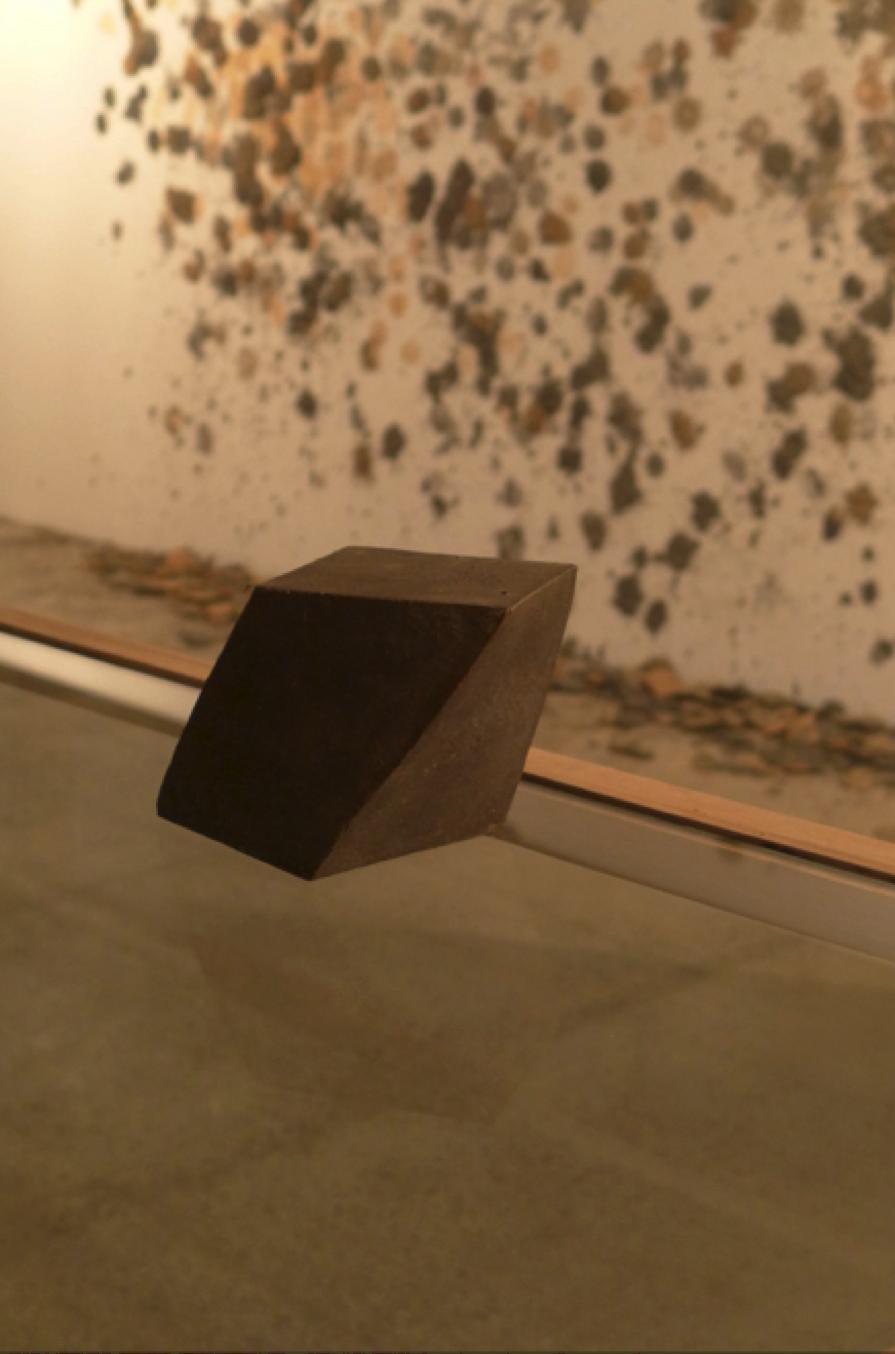 """Ronny Vayda, """"Sin título"""", escultura de hierro, 1982. Atrás: Monica Restrepo, De Mala gana, instalación, 2015. Foto: Alejandro Martín"""