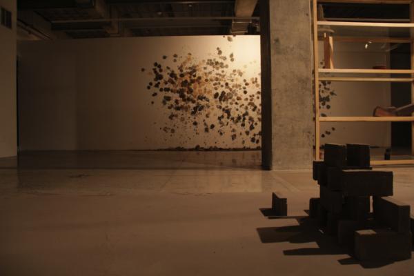 """Leonardo Amador, """"Sin título"""", instalación en ceniza, 2014. Atrás: Monica Restrepo, De Mala gana, instalación, 2015. Foto: Herlyng Ferla"""