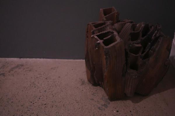 """Iván Tovar, """"Todos los fuegos el fuego (fragmento)"""", escultura de arcilla, 2014. Foto: Marine Lahaix"""