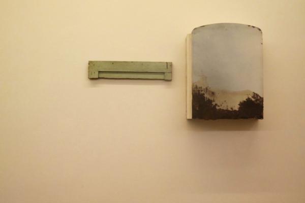 """Eduardo Motato, """"Pathosformel: Elementos para una pintura"""" (detalle), instalación de objetos encontrados, 2015."""