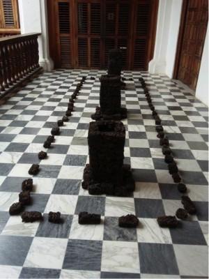 Así quedó la pieza del artista José Luis Quessep devorada por el espacio.