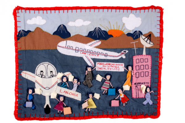 Exilio (Mujeres en el aeropuerto), autora anónima, c1978. Imagen tomada de: http://cain.ulster.ac.uk/conflicttextiles/
